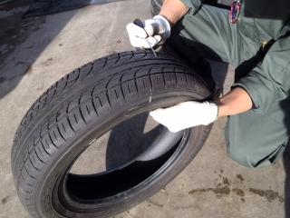 入荷タイヤの溝に詰まった小石取り除き処理