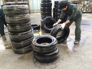 点検済みタイヤの専用洗剤クリーンアップ仕上げ